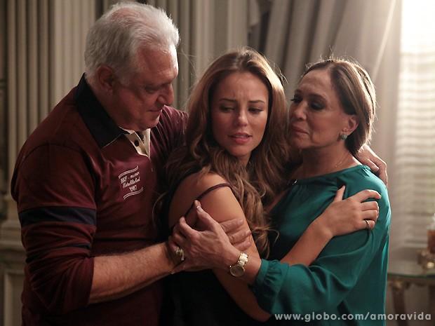 Paloma recebe o perdão do pai e da mãe na mansão dos Khoury (Foto: Amor à Vida / TV Globo)