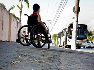 Calçadas esburacadas também prejudicam mobilidade  (Foto: Jonathan Lins/G1)