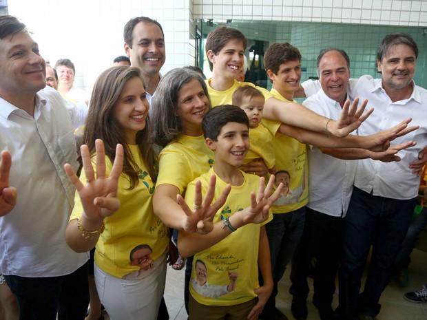 Maria Eduarda Campos e João Campos com a família (Foto: Wagner Ramos/Divulgação)