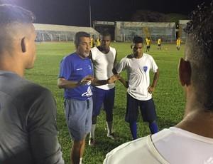 Paulo Melo técnico Osvaldo Cruz treino período noturno (Foto: Murilo Rincon / GloboEsporte.com)