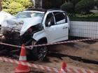 Motorista perde o controle e bate em árvore; PM encontra bebida no veículo