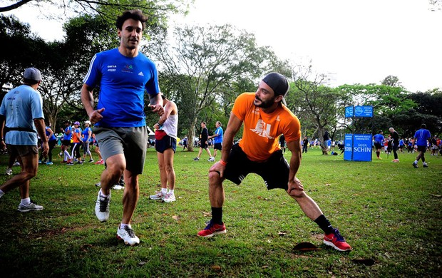 Alongamento maratona de são paulo EU Atleta (Foto: Marcos Ribolli / Globoesporte.com)