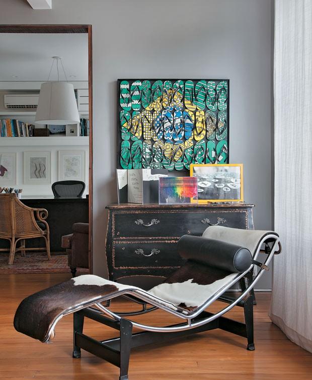 apartamento-duplex-Fernanda-Pessoa-de-Queiroz-chaise-quadros-espelho (Foto: Denilson Machado/MCA Estúdio/Editora Globo)