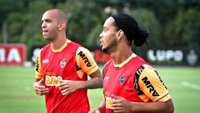 Diego Tardelli e Ronaldinho Gaúcho no treino do Atlético-MG (Foto: Bruno Cantini / Site Oficial do Atlético-MG)