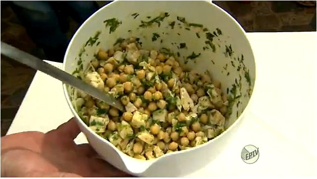 Salada de Fernando Kassab é saudável e fácil de fazer (Foto: Reprodução EPTV)