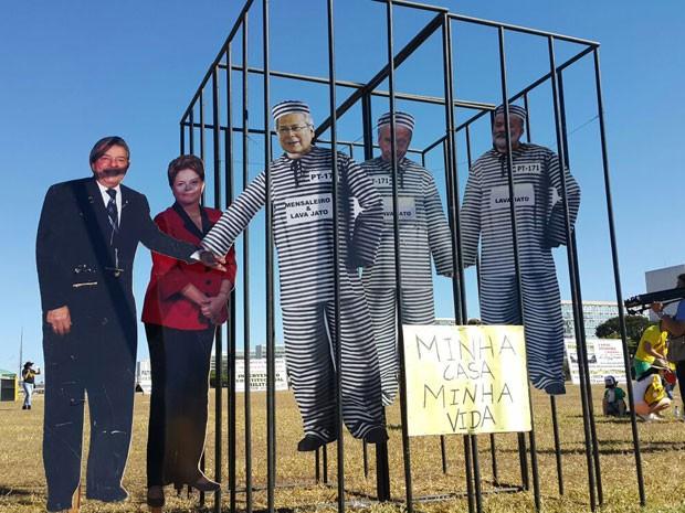 Manifestantes montaram uma cadeia com imagens de políticos. (Foto: Raquel de Oliveira/G1)