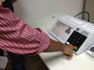 Candidatos foram convocados para conferir dados e fotos das urnas eletrônicas para as eleições 2012 (Foto: Larissa Matarésio/G1)
