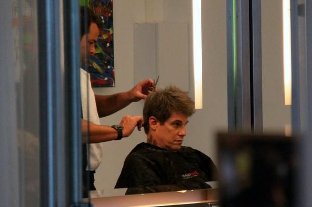 Edson Celulari cortando o cabelo (Foto: Gabriel Rangel / Agnews)