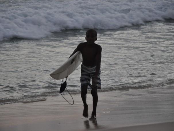 Favela Surf Clube: aluno da escolinha pega onda no Arpoador, Rio de Janeiro (Foto: Divulgação)