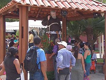 Festa ocorre no santuário dedicado ao religioso, no Pina (Foto: Reprodução / TV Globo)