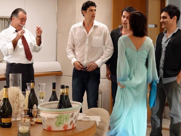 Otávio deixa Roberta enfurecida com suas piadinhas (Foto: Guerra dos Sexos/TV Globo)