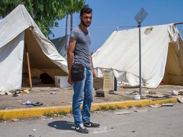 O artista que se apresentava há sete anos na Síria fugiu para a Turquia e depois para a Grécia (Foto: Tyler Jump/International Rescue Committee)