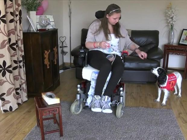Lucy sofre de um mal genético raro, e Molly a ajuda com tarefas diárias (Foto: BBC)
