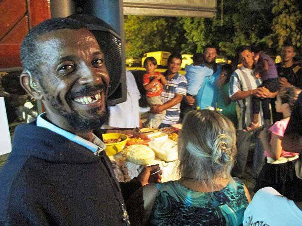 Missionário Paulo Emiliano sorri com os amigos durante a ceia. (Foto: Paulo Toledo Piza / G1)