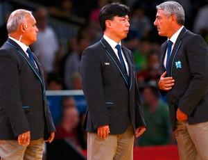 juizes Edison Minakawa Nagmanjon Mirzarahmanov Massimo Sulli judô Masashi Ebinuma, do Japão, e Jun-Ho Cho, da Coreia do Sul londres 2012 (Foto: Agência Reuters)
