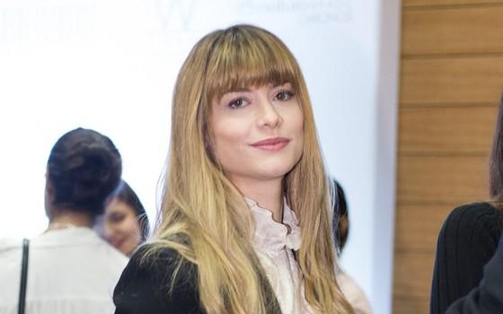 Alinne Moraes instantes antes de desfilar pela marca de Glória Coelho na SPFW (Foto: Ag News)