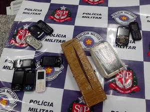 PM prendeu duas mulheres por tráfico de drogas, na madrugada de sábado (1º). (Foto: Divulgação/Polícia Militar)