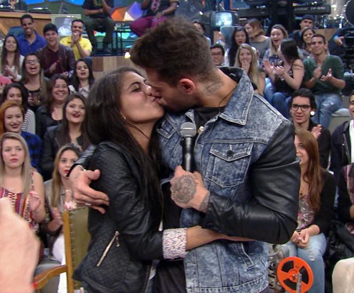 Lucas Lucco beija fã durante o programa Altas Horas (Foto: Reprodução)