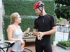 Rodrigo Hilbert faz trilha de bicicleta e diz que incentiva Fernanda Lima a pedalar