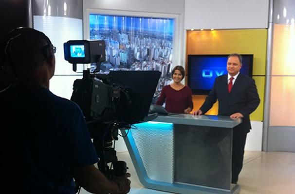 Lilian lynch e Marcello Rosa apresentam o Jornal Anhanguera 1ª Edição (Foto: TV Anhanguera)
