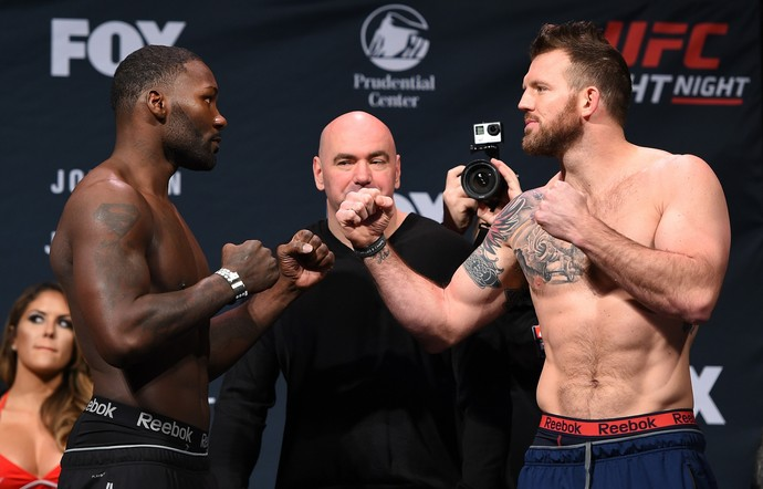Anthony Johnson e Ryan Bader encarada pesagem (Foto: Getty Images)