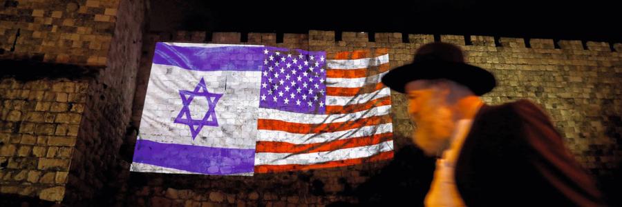 Bandeiras de Israel e dos EUA nas muralhas da cidade velha de Jerusalém.Trump atendeu ao lobby israelense (Foto:  Ronen Zvulun/REUTERS)