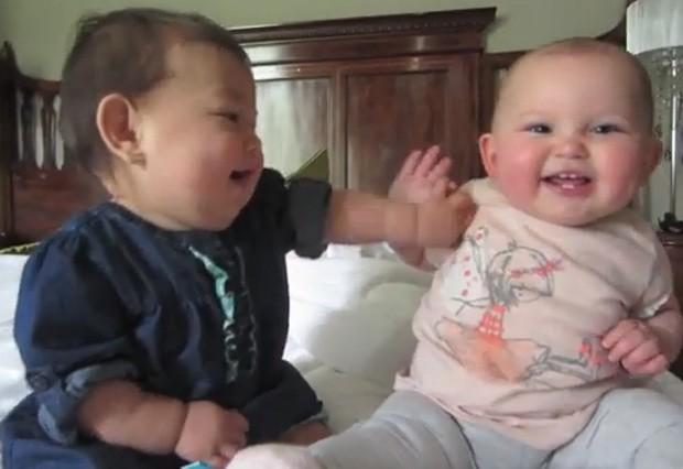 Julianna e Emilia parecem 'conversar' em meio às risadas, e vídeo 'bombou' na web (Foto: Reprodução/YouTube/itsJudysLife)