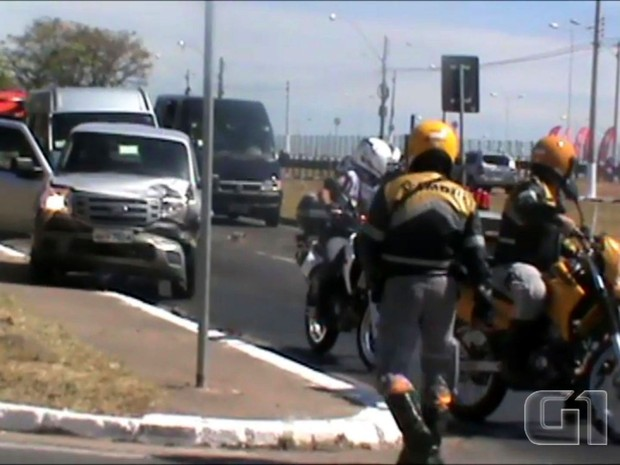 Internauta registrou colisão entre veículos da comitiva de Dilma Rousseff, em Campinas, SP (Foto: Reprodução / José de Araújo)