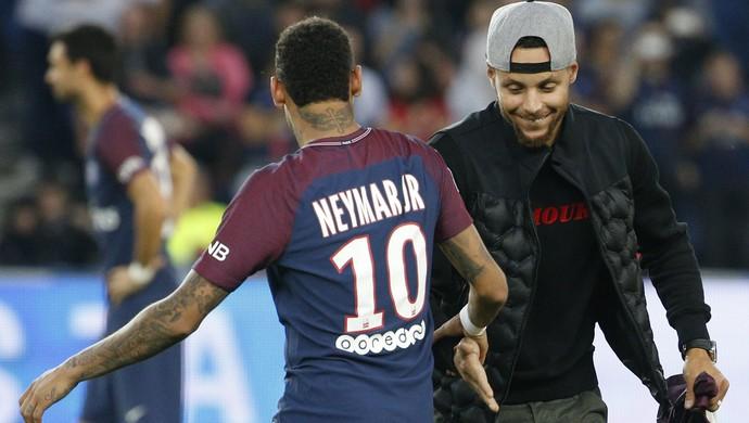 Stephen Curry e Neymar se cumprimentam no Parque dos Príncipes (Foto: GEOFFROY VAN DER HASSELT / AFP)