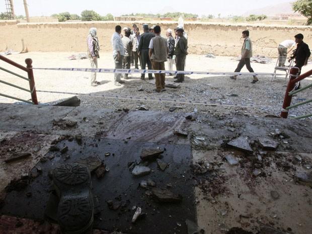 Local onde ocorreu atentado suicida é isolado no Afeganistão (Foto: Stringer/Reuters)
