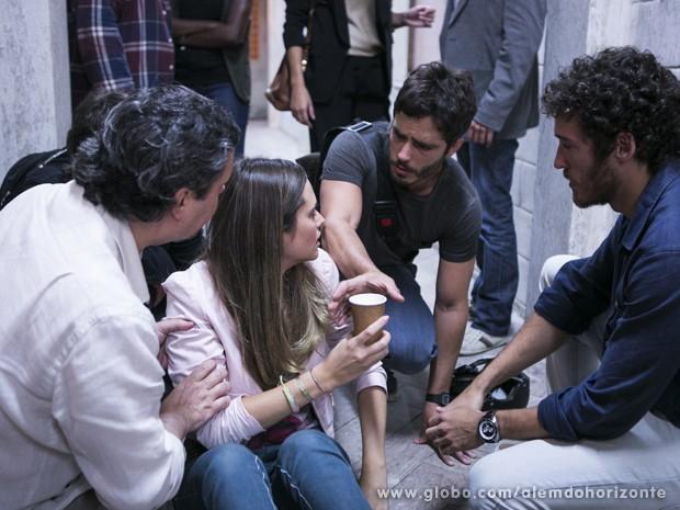 """Lili vê que William conseguiu sair da sala do Líder Jorge sem ser visto e """"volta a si"""" (Foto: Felipe Monteiro/TV Globo)"""