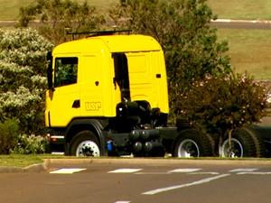 Sensores instalados no caminhão guiam movimentos e evitam ultrapassagem de faixas (Foto: Wilson Aiello/EPTV)