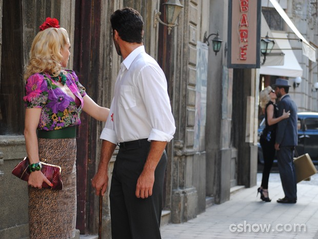 Aurora e Fabrício se encontram com casal e loira beija portuga (Foto: Joia Rara/TV Globo)