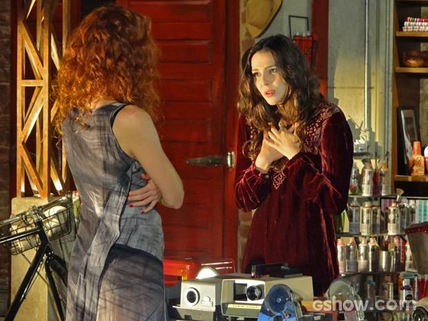 Marina se lamenta com Vanessa (Foto: Em Família/ TV Globo)