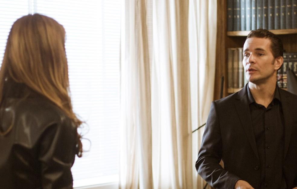 A discussão entre o casal só aumenta e Vitor pergunta se Alice o trairia (Foto: Raphael Dias/Gshow)
