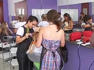 Escola de cabeleireiros forma 200 mil por mês (Foto: Reprodução / TV Tem)