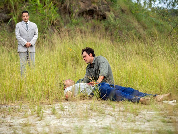 Castilho aparece e avisa Caíque que eles podem salvar Marcos (Foto: Fabiano Battaglin / Gshow)