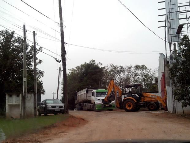 Caminhões de empresa atrapalham fluxo de veículos em estrada de Biritiba-Mirim (Foto: Mário Suzuki/ VC no G1)