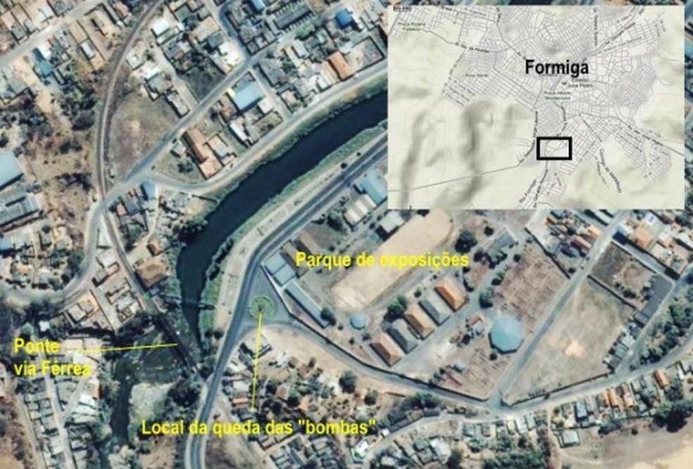 Imagem de satélite mostra locais onde bombas caíram em Formiga (Foto: Poder Aéreo/Reprodução)