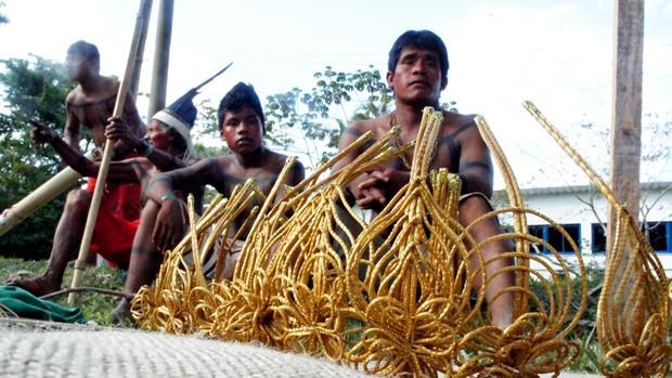 Índios xerente, do Tocantins, produziram tiaras de capim-dourado para vender na feira da Kari-Oca (Foto: Glauco Araújo/G1)