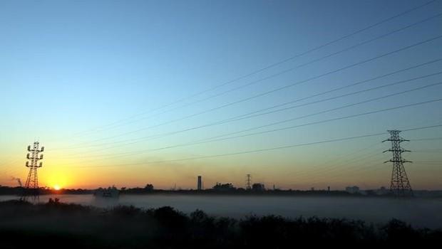 Linhas de transmissão de eletricidade são vistas durante nascer do sol em Caçapava, no Brasil - energia - distribuidora - elétrica (Foto: Paulo Whitaker/Reuters)