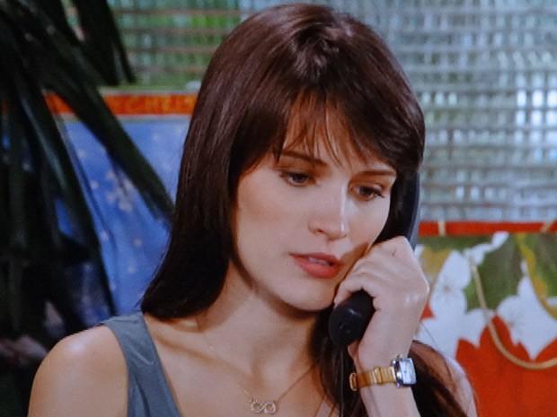 Carolina faz fofoca pelo telefone (Foto: Guerra dos Sexos / TV Globo)