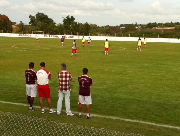 Técnico Roberto Fernandes observa treino do América-RN (Foto: Jocaff Souza)