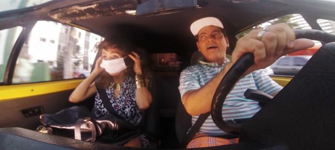 Maria Menezes e Maurício Oliveira fazem dramaturgia sobre caronas (Foto: TV Bahia)