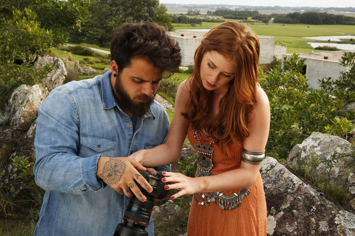 Sempre interessada, Marina Ruy Barbosa conferi resultado de foto em Uruguai (Foto: Gshow)