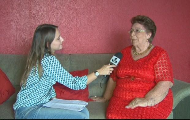 Repórter Ana Lívia Sá entrevista Maria do Carmo (Foto: Bom Dia Amazônia)