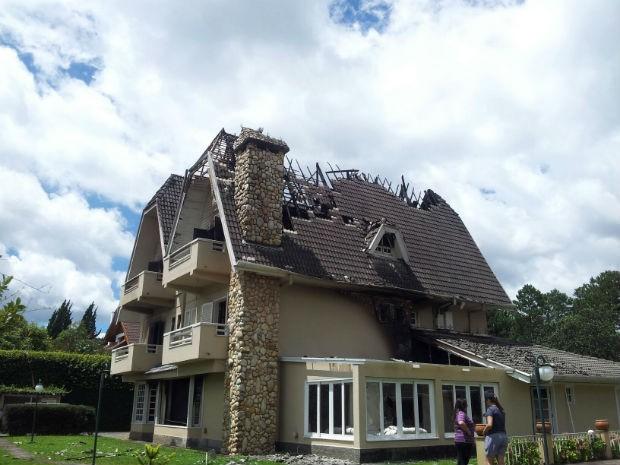 Raio destrói mansão no Alto do Capivari, em Campos do Jordão (SP) (Foto: Paulo Siqueira/Vc no G1)