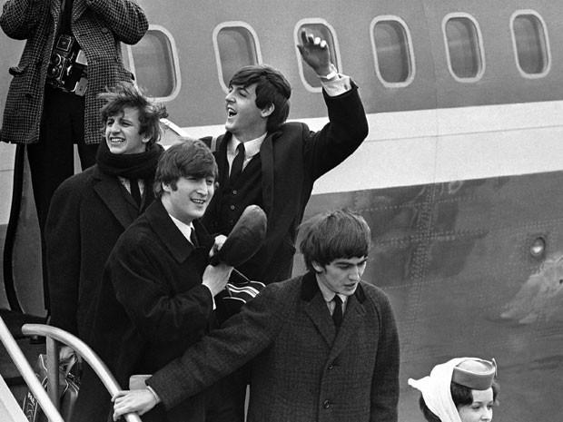 Em 7 de fevereiro de 1964, os Beatles desembarcam no aeroporto John F. Kennedy, em Nova York, para sua primeira visista aos Estados Unidos  (Foto: AP)