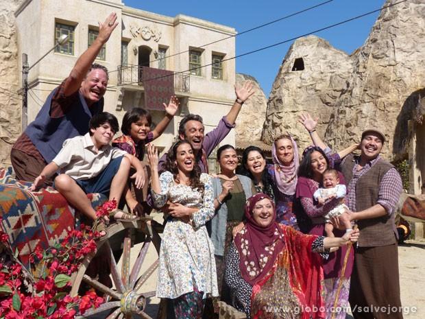 A família esbanja alegria ao posar para foto (Foto: Salve Jorge/TV Globo)