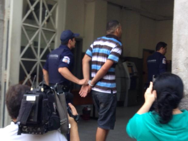 Suspeito é detido após arrastão em Santos (Foto: Mariane Rossi / G1)